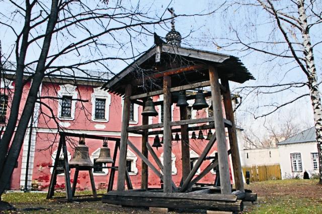 Звонницу построили в 1756 году по проекту архитектора Родио- на Казакова, ученика и одно- фамильца Матвея. Ее высота с крестом была 73 метра.