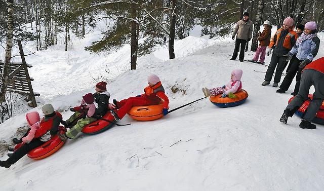 Зимой сюда со всей Москвы съезжается детвора, чтобы покататься по крутым склонам на «ватрушках»