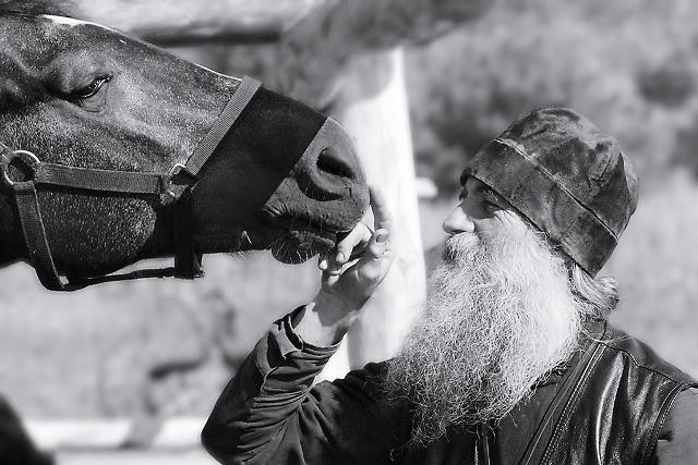 В некоторых греческих монастырях есть правило: если монах позволяет себе поговорить с кем-то «о третьем лице», то на следующий день он не имеет права причащаться
