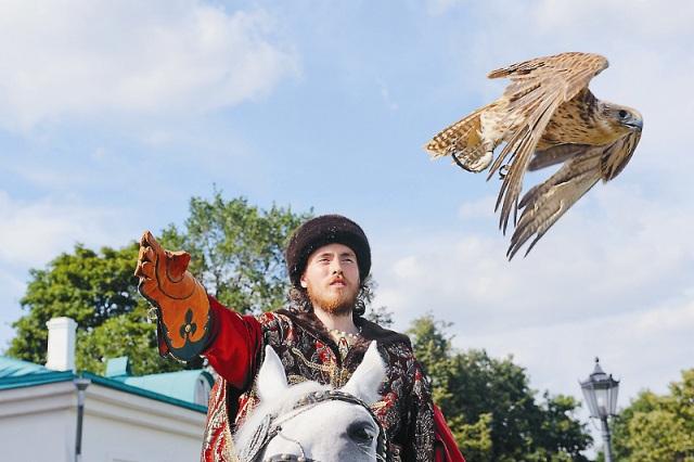 На соколином дворе можно узнать историю царской соколиной охоты. В субботу, в воскресенье и праздничные дни на площади Вознесения Господня с 12 до 15 часов все желающие могут фотографи- роваться с ловчими птицами