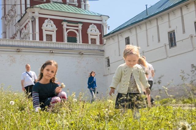 Новодевичья обитель с резными коронами на бело-красных башнях и по сей день остается самым нарядным монастырем Москвы