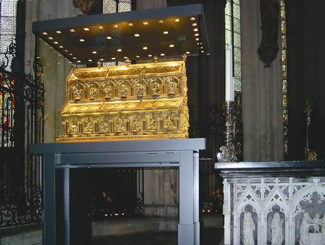 Драгоценная рака с мощами трех волхвов уже несколько столетий хранится в Кельн - ском соборе