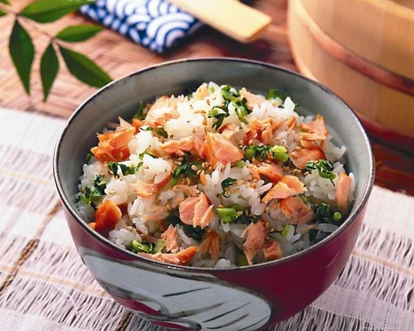 Салат из консервированной горбуши и риса