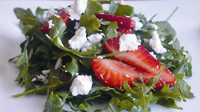 Салат из клубники с руколой
