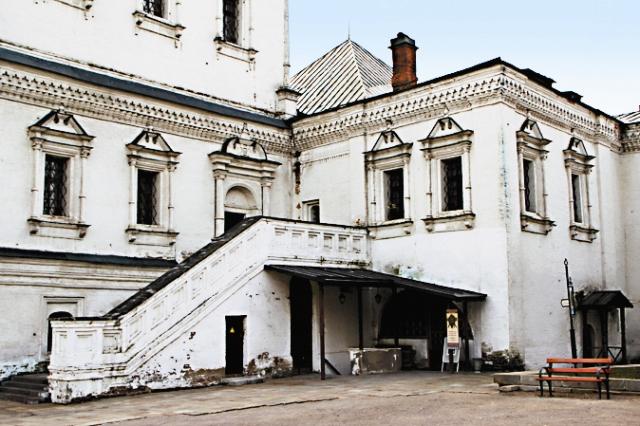 Трапезная палата по интерьеру напоминает Грановитую палату Кремля.
