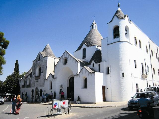 Если подняться по улице Via Monte Michele, можно дойти до церкви святого Антония. Она возведена в стиле трулло