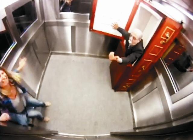 бразильские телевизионщики «развлекают» соотечественников посредством лифта с привидением.