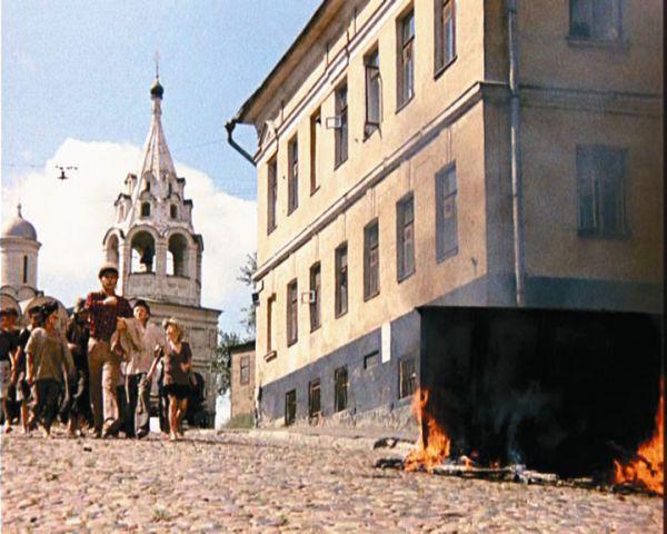 Остап Бендер шагает по Большому Ватину переулку в поисках двенадцати стульев,