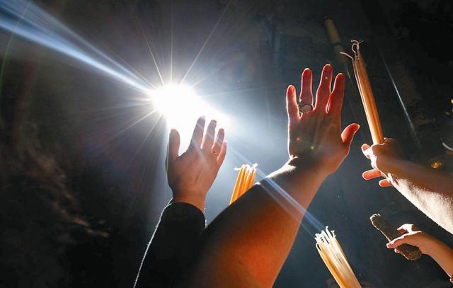 По многочисленным свидетельствам, Благодатный огонь появляется на самом Гробе Господнем в виде капелек росы или мелких бисеринок (меньше булавочной головки), которые вспыхивают голубым, алым, желтоватым светом.