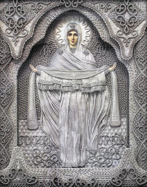 На иконах Божия Матерь всегда изображена с покрытой головой – мы видим широкий плат, свободно спадающий на плечи
