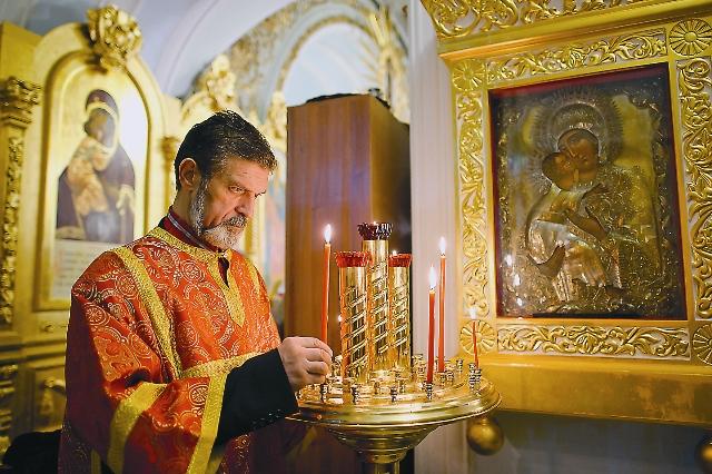 Лишь в начале 90-х здание возвратили Русской Православной Церкви, и после восстановления внутренне- го убранства здесь возобновилось богослужение.