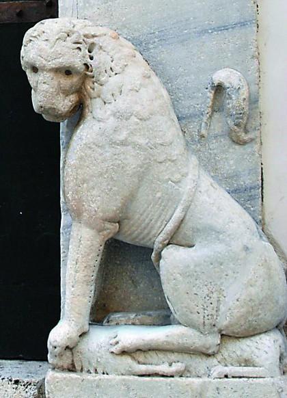 Скульптура льва при входе в собор
