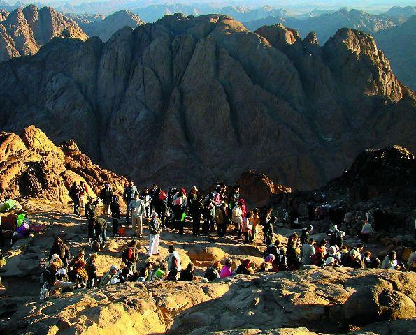 Паломники встречают рассвет на Синае