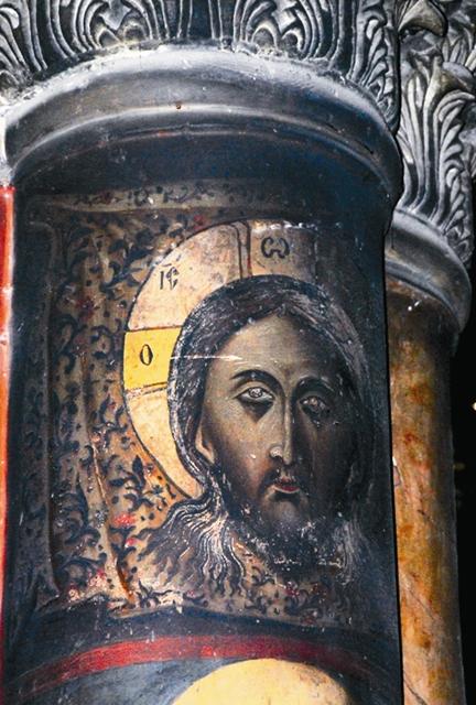 Изображение Иисуса Христа на колонне яв- ляет настоящие чудеса. Глаза у Спасителя бывают то откры- ты, то закрыты, а иногда по лицу текут слезы
