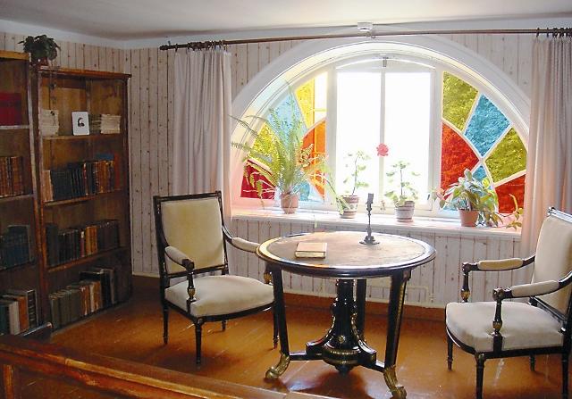 И серый дом, и в мезонине Венецианское окно. Цвет стекол – красный, желтый, синий, Как будто так и быть должно.