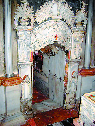 Вход в придел Гроба Господня из придела Ангела