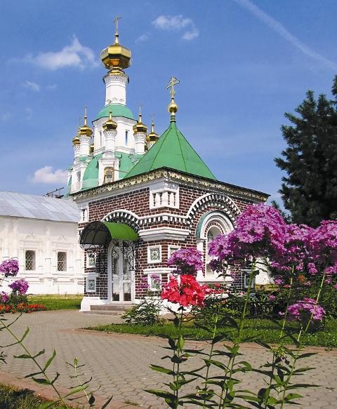 Часовня в честь убиенных в Смутное время иноков (Красная). Построена в 1893 году на месте убиения поляками 46 иноков монастыря. Ежегодно в день убиения, 31 мая,  совершается панихида.