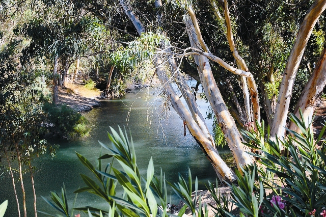 Так же, как и две тысячи лет назад, вода Иордана мирно течет между зелеными берегами