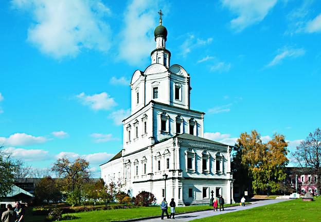 Ярусная церковь Архангела Михаила построенная в формах московского барокко (1694–1739), восстановлена в 1960 году