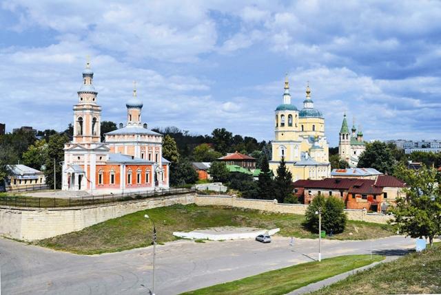 Осмотр Серпухова хорошо начинать с Соборной горы. Расположена она рядом с местом впадения реки Серпейки в Нару.