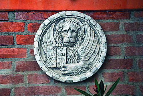 Крылатый лев – символ евангелиста Марка – появился на гербе Венеции после перенесения сюда мощей святого