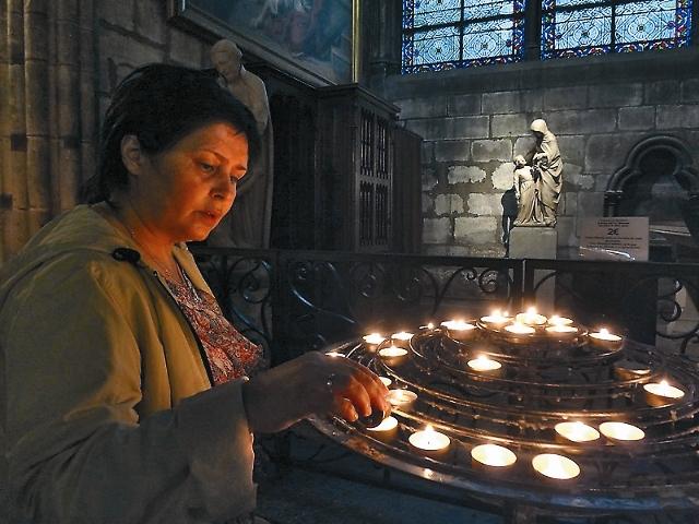 В Нотр-Дам де Пари из динамиков звучали православные песнопения