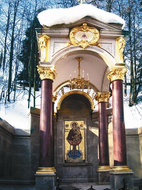 Над входом в часовню вы увидите «Всевидящее око Бога» как знак того, что Господь ведает нужды каждого, кто пришел на святой источник с верой и надеждой