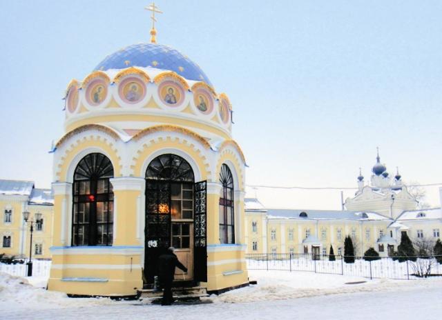 Часовня в честь чудесного явления Дмитрию Донскому иконы Святителя Николая построена на месте, где стояла сосна, над которой она была явлена