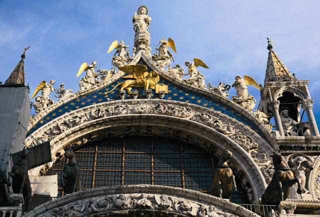 Фрагмент внешнего убранства собора святого Марка в Венеции