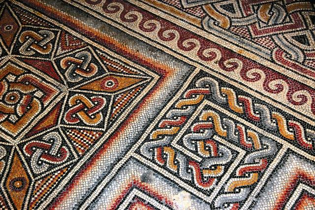 Мозаичный пол сохранился со времен основания храма (IV век)