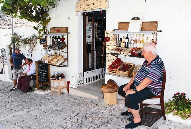 В магазинчиках, которые утроены в трулли-домиках, можно купить местные продукты: сыры, граппу, вино, оливковое масло. На- туральные продукты и вина продаются в лавках под вы- веской Enoteca. По четвергам до обеда на площади Largo Martellotta работает овощной рынок