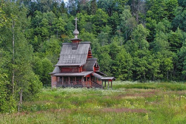 По пути на источник можно зайти в лесную часовенку и поставить свечку Преподобному