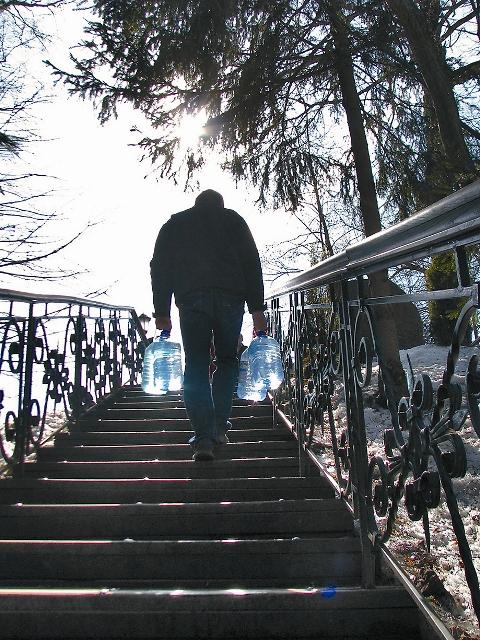 Деревянные ступеньки сбегают на самое дно оврага, где обустроены две купальни – мужская и женская