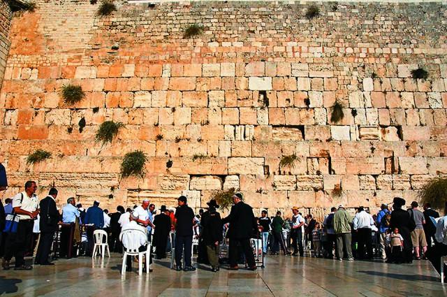 В растрескавшиеся от времени швы между каменными блоками евреи и подражающие им туристы кладут записки с просьбами к Богу.