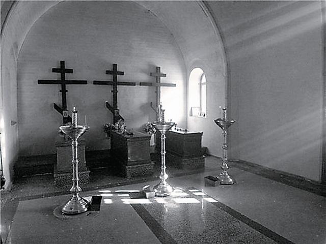 Теперь обязательное место поклонения паломников – часовня, воздвигнутая в их память. Три простых мраморных надгробия и три черных креста за ними зовут к горячей покаянной молитве за Россию лучше любых слов.