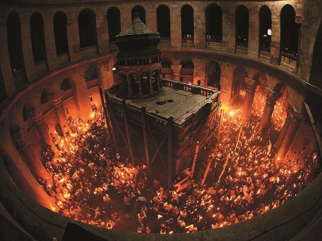 Кувуклия во время схождения Благодатного Огня на Пасху