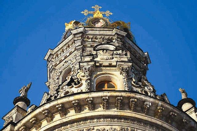 Особенно богато украшена резьбой башня. А вокруг расставлены фигуры апостолов