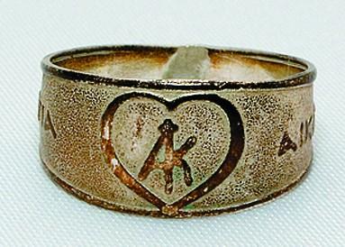 В память о поклонении мощам святой Екатерины монахи дарят паломникам серебряное кольцо с изображением сердца и слова- ми ΑΓΙΑ ΑΙΚΑΤΕΡΙΝΑ (святая Екатерина)