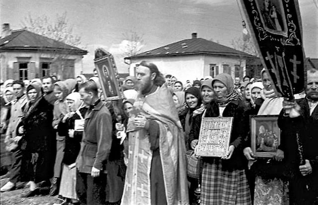 Всего же за войну на нужды фронта по приходам было собрано более 200 миллионов рублей. Кроме денег верующие приносили теплые вещи для солдат: валенки, рукавицы, телогрейки.
