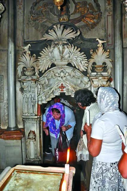 Придел Ангела и камень, отваленный от входа в Гроб