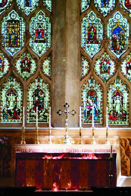 Витраж над престолом в церкви аббатства