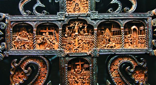 КРЕСТ РАФАИЛА В монастыре располагается музей – это реликвии и святыни, столетиями хранившиеся в ризнице обители. Коллекция музея насчитывает около 30 000 предметов: древние иконы, пред- меты церковного обихода, гравюры, рукописные книги. Один из интереснейших экспонатов – крест монаха Рафаила, на котором изображены 104 сцены из Священного Писания и 650 миниа- тюрных фигур. Резной напрестольный крест высотой 80 см инок Рафаил создавал 12 лет, используя для работы увеличительные стекла и тончайшие резцы. Он закончил свой труд в 1802 году, полностью потеряв зрение.