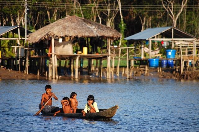 По конституции страны «недра принадлежат всему народу». И все же люди там живут трудно, почти в нищете.