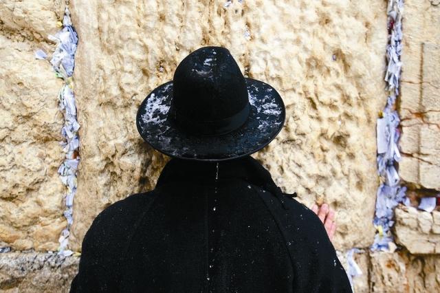 К Стене Плача ведет проход через КПП, где досматривают сумки и где еврейские служители предложат вам надеть кипу и заставят снять нательный крестик, что можно считать отречением от Христа. Так что ответ на вопрос: «Стоит ли православным плакать у Стены Плача?» – один: «Не стоит».