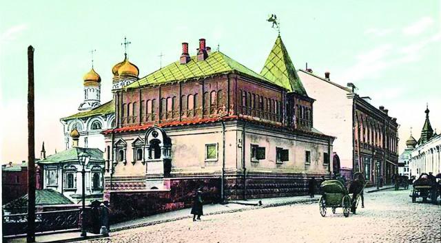 Дом бояр Романовых на Варварке. На втором плане главы собора Знаменского монастыря