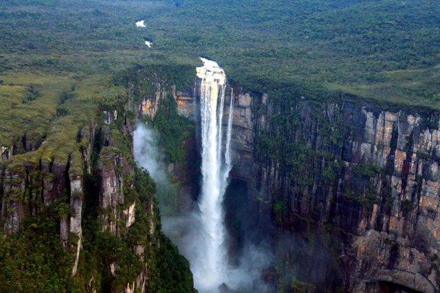 Венесуэла знаменита национальным парком Канайма и самым высоким в мире (1054 метра) водопадом Анхель, что означает «Ангел».