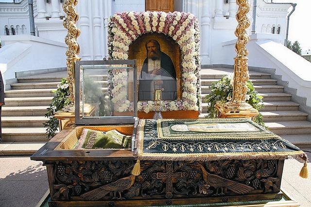 Летом 1991 года святые мощи батюшки Серафима, найденные в советском музее истории религии и атеизма, были торжественно перенесены в Троицкий собор Дивеевской обители