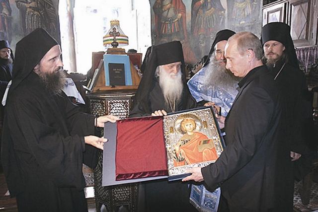 Президент России Владимир Путин, согласно официальным данным, впервые посетил Афон в 2005 году. Поездка по разным причи- нам переносилась целых два года!