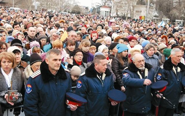 Накануне референдума о независимости Крыма на площади Нахимова состоялся молебен о мире, который собрал более 15 тысяч человек