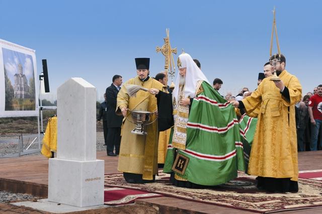 В закладке камня и его освящении участвовали Святейший Патриарх Кирилл и мэр Москвы Сергей Собянин